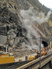 Sprengung der instabilen Felsmassen vor dem Portal des Tunnels Urnerloch bei Andermatt. (Bild: PD / Astra)