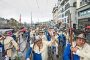 Aufmarsch des «Sempacher Harsts» in blau-weissem Gewand. (Bild Roger Grütter)
