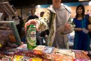 Solche Szenen gibt es in Luzern nicht. Ein Testkauf des Kinderparlaments zeigt: Kioske halten sich heuer an Verkaufsverbote an Minderjährige. (Symbolbild) (Bild: Keystone)