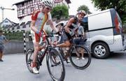 Daniel Eigenmann und Bruno Schleiss beim Start auf dem Zuger Burgbachplatz. (Bild: Werner Schelbert (8. Juli 2017))