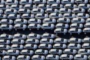 Autos vor dem Porsche-Werk in Leipzig aus der Vogelperspektive. Hier wird unter anderem der Porsche Cayenne hergestellt, dessen Software manipuliert sein soll. (Bild: EPA/Jan Woitas)