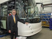 vbl-Direktor Norbert Schmassmann mit dem neuen Doppelgelenktrolleybus bei der Firma Hess in Bellach. (Bild: René Meier)