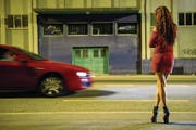 Eine Sexarbeiterin auf dem Strassenstrich. (Symbolbild Jean-Christophe Bott/Keystone)