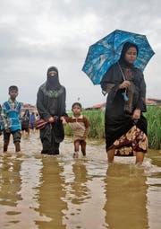 Rohingya auf dem Weg ins Jamtoli-Flüchtlingslager in Bangladesh. (Bild: A. M. Ahad/AP ()