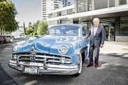 Jörg G. Bucherer und der Lincoln Cosmopolitan, der 1949 einen Schönheitswettbewerb gewonnen hat, vor dem Firmenhauptsitz im Luzerner Schönbühl-Quartier. (Bild Manuela Jans)