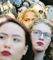 Heute vor einem Jahr: Frauen nehmen an einer Protestaktion vor dem Trump Tower in New York teil. (Bild: Bild: Bebeto Metthews/AP (8. März 2017))