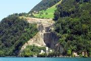 Der Holcim-Steinbruch bei Kehrsiten, vom See aus gesehen. (Bild Corinnne Glanzmann/Neue NZ)