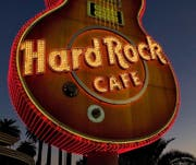 Imposantes Markenzeichen: die Neongitarre des Hard Rock Cafe Hotels in Las Vegas.Bild: George Rose/Getty (11. Oktober 2011)