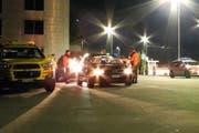 Die Polizei kontrolliert Autos. (Archivbild Kantonspolizei Schwyz)