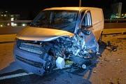 Auch der Lieferwagen weist an der Front und auf der Fahrerseite starke Schäden auf. (Bild: Luzerner Polizei (Luzern, 8. März 2018))