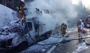 Der Lieferwagen auf der A2 brannte vollständig aus. (Bild Kantonspolizei Uri)