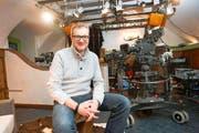 Projektleiter Elmar Herger nimmt Platz in seinem Reich, dem WM-Studio von SRF im Schweizer Haus in Schladming. (Bild: Keystone)