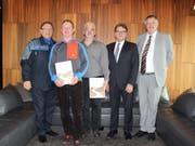 Karl Walker (Kommandant Zuger Polizei), Rolf Fahrni (Preisträger), Daniel Rütter (Preisträger), Regierungsrat Beat Villiger (Sicherheitsdirektor), Georg Auf der Maur (Juryvertreter «Retter der Strasse») (v.l.n.r.). (Bild: PD)