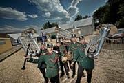 Diese sechs Musikanten der Musikgesellschaft Harmonie Sempach freuen sich auf ihren Auftritt. (Bild Pius Amrein)