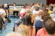 Die Urner Regierungsrätin Barbara Bär stellt sich den Fragen der Bevölkerung an einem Infoabend in Seelisberg. (Bild: Keystone / Urs Flüeler)