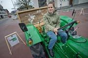 """Monika Steiger reist mit einem Traktor durch Bern und Teile von Luzen um """"alte Wörter"""" zu sammeln. Auf dem Bild zu sehen ist Steiger mit ihrem Gefährt auf dem Kirchplatz in Escholzmatt. (Bild: Pius Amrein / Neue LZ)"""