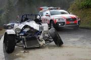 Dieser Roadster hat nach dem Unfall nur noch Schrottwert. (Bild: Kapo Obwalden)