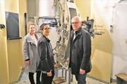Die Ausstellungsmacherinnen Angela und Julia Müller mit Museumsleiter Stefan Zollinger (von links) an einer Festungskanone. (Bild: Romano Cuonz (Fürigen, 22. März 2018))