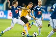Alexander Gerndt, Mitte, von YB setzt sich im Spiel gegen die Luzerner Michael Frey, links, und Markus Neumayr durch. (Bild: Keystone)