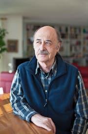 Kinderarzt und Buchautor Remo Largo (73) in seinem Haus in Uetliburg SG. Bild: (Bild: Gaëtan Bally/Keystone)