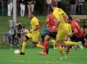 Schneller als die Perler unterwegs: der Altdorfer Offensivspieler Calderon Mavembo (am Ball). (Bild: Urs Hanhart (Altdorf, 15. August 2017))