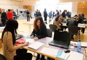 An der ersten Zuger Jobmesse lässt sich Marisa Canadilla (rechts) von Lucia Villani beraten. (Bild: Stefan Kaiser)