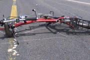 Der Velofahrer wurde beim Sturz am Kopf verletzt. (Symbolbild neue LZ)