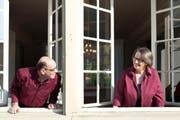 Gute Aussichten: Erwin und Andrea Buchmann in ihrer zum Showroom umgebauten alten Schreinerei. (Bild Boris Bürgisser)