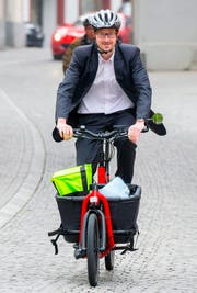 Hat das Velo mit Kofferraum schon mal getestet: Stadtrat Urs Raschle. (Bild PD)
