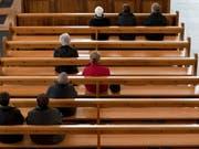 Gelockerte Reihen: Die Zahl der Kirchenaustritte ist in vielen Kantonen gestiegen. Betroffen sind die Reformierte und auch die Römisch-Katholische Landeskirche. (Symbolbild) (Bild: Keystone/ALESSANDRO DELLA BELLA)