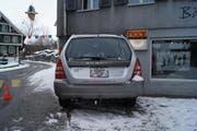 Der Autolenker fuhr greradeaus in die Hausfassade. (Bild: Zuger Polizei)