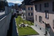 Blick auf die im Quartier Innerschachen erstellte Lärmschutzwand. Links im Bild ist die Kantonsstrasse zu sehen. (Bild: Boris Bürgisser (Ebikon, 14. März 2018))
