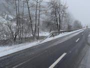 Im Gebiet Burgmatt zwischen Entlebuch und Werthenstein kam das Fahrzeug von der schneebedeckten Strasse ab, überschlug sich und geriet in die Kleine Emme. (Bild: PD)