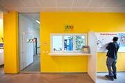 Mehr junge Schweizerinnen und Schweizer mussten sich im August bei den Regionalen Arbeitsvermittlungszentren (RAV) melden. (Bild: Keystone/Gaetan Bally)