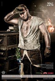 Statt im Sägemehl in einer Fabrik: Der Obwaldner Schwinger Benji von Ah präsentiert sich im Schwingerkalender 2014 von einer anderen Seite.