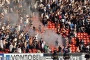 Rauch steigt auf im GC Sektor im Super League Fussballspiel zwischen den Grasshoppers und dem FC Zürich 2. Oktober 2011 im Stadion Letzigrund in Zürich. Das Spiel wurde nach der 77. Minute wegen heftiger Krawalle im Stadion abgebrochen. (Bild: Keystone)