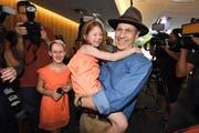 Die Freude über die Heimkehr ist riesig: Peter Greste mit seiner Nichte Sophie auf den Armen gestern nach der Pressekonferenz in Brisbane. (Bild: EPA/Dan Peled)