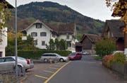 Der Lieferwagenfahrer fuhr auf der Bächlirainstrasse (links) davon. (Bild: Google Street View)