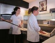 Zwei Mitarbeiterinnen des Da Fusco Ristorante Italiano in Willisau, das einen Förderbeitrag über 40'000 Franken erhält. (Bild: pd)