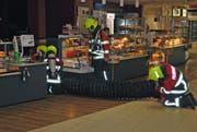 Feuerwehrleute im Einsatz beim Take-Away. (Bild Feuerwehr Sursee)