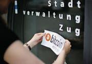 Auf der Stadtverwaltung in Zug wird die Kryptowährung Bitcoin akzeptiert. (Bild: Stefan Kaiser)