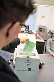 Die Wahlbeteiligung im Kanton Luzern sinkt und sinkt. Im Bild: eine gestellte Szene an der Wahlurne im Gemeindehaus Kriens. (Bild Roger Grütter)