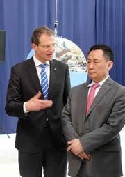 Regierungspräsident Reto Wyss erläutert Geng Wenbing, Boschafter der Volksrepublik China in der Schweiz, die Entwicklungsschwerpunkte in der Agglomeration Luzern. (Bild: Staatskanzlei Luzern)