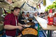 Norbv und Chime Karma bereiten tibetische Spezialitäten für die Besucher zu. (Bild: Roger Zbinden / Neue ZZ)