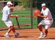 Arbeiten seit beinahe 20 Jahren zusammen: Pierre Paganini (links) und Roger Federer. (Bild: Markus Stücklin/Keystone (Allschwil, 18. April 2003))