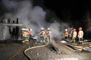 Die Feuerwehr konnte das vollständige Ausbrennen des Gebäudes nicht verhindern. (Bild: Kapo Schwyz)