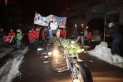 Reto Schmidiger geniesst seinen Triumphzug durchs Dorf Hergiswil auf einem «Trike». (Bild Roger Zbinden/Neue NZ)