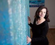 Die Künstlerin Rena Glienke mit ihrem Kunstwerk «Die Mauer von Zug» in der Galerie Malte Frank.Bild: Maria Schmid (Zug, 6. Dezember 2017)