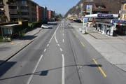Die Unfallstelle auf der Stansstaderstrasse mit den Fahrzeugen. (Bild: Kantonspolizei Nidwalden)