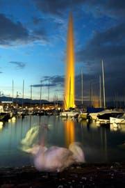 Der Bundesfeiertag wirft in der Romandie einige Fragen auf. Im Bild: Abendszene mit Jet d'eau, dem Wahrzeichen der Stadt Genf. (Bild: Keystone/Salvatore Di Nolfi)
